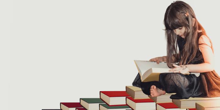 階段で読書をする女の子